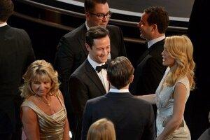 Joseph Gordon Levitt (vľavo) počas rozhovoru s Leonardom DiCapriom a Kate Hudson (vpravo)