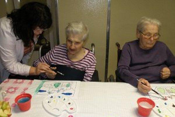 Obyvatelia Zariadenia pre seniorov v Prievidzi sa môžu zapájať do pracovnej terapie.