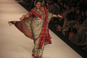 Indická herečka Kirron Kher predvádza kreáciu od Gaurang počas týždňa módy Lakmé v indickom Bombaji.