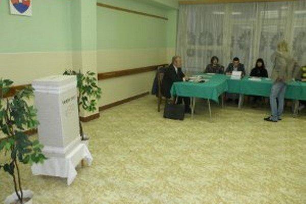 Členovia okrskových komisií mali ešte pred začiatkom hlasovania povinnosti.