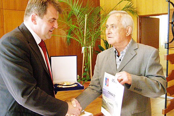 Ocenenie si prebral Martin Olšovký (vpravo) z rúk starostu.