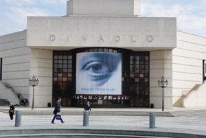 Mesto posudzuje reklamnú plachtu na fasáde divadla.