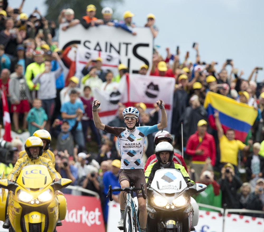 Francúzsky cyklista Romain Bardet (AG2R) oslavuje víťazstvo v 19. etape. Aj vďaka nemu sa posunul už na druhú pozíciu v celkovej klasifikácii.