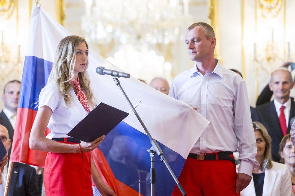 Alexandra Longová a Pavol Kopp skladajú sľub do rúk prezidenta za všetkých slovenských olympionikov.