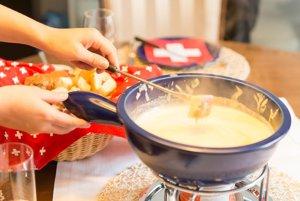 """Syr sa varí v """"caquelone"""", špeciálnej nádobe na prípravu fondue."""