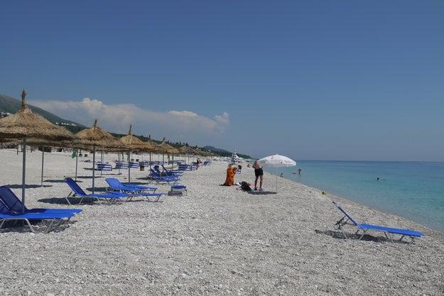 PLáž Dhermi je populárnou plážou Albánskej riviéry.