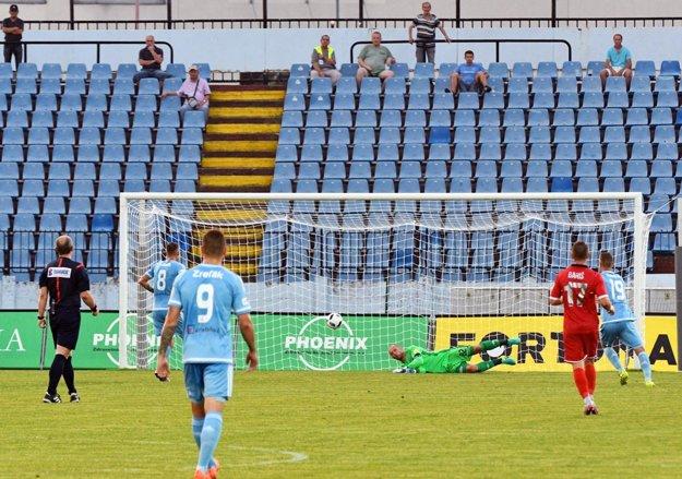 Brankár Slovana Ján Mucha takto inkasoval po strele Pepeho (na snímke ho nevidno) a neskôr ho prekonal aj Damián Bariš.