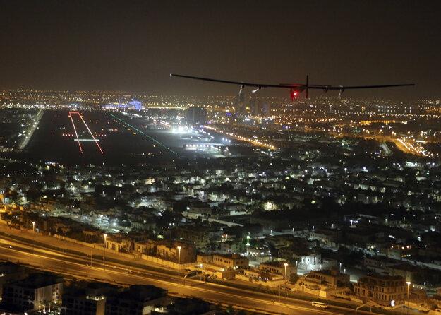 Solar Impulse 2 pristáva po oblete zemegule.