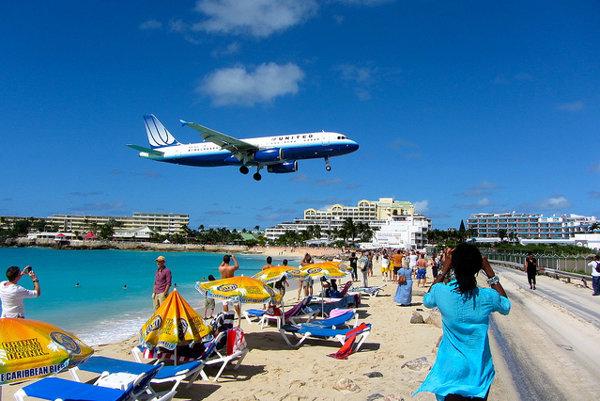 Lietadlo na ostrove St. Martin pristáva priamo nad plážou.