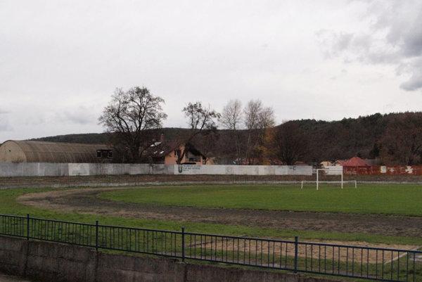 Škvarovú dráhu okolo hracej plochy využíva atletický klub.