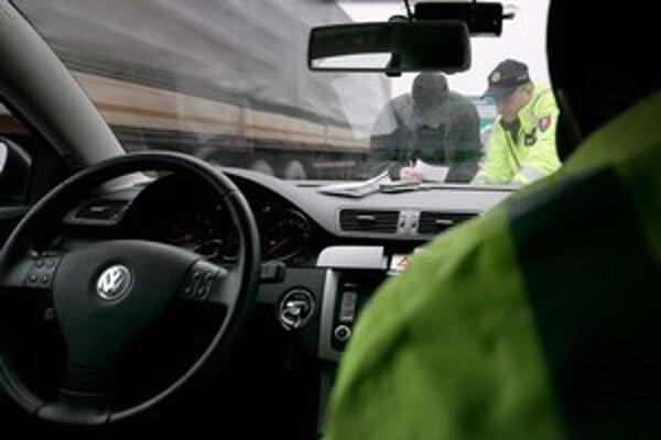 Policajné hliadky zadržali ďalších opitých.