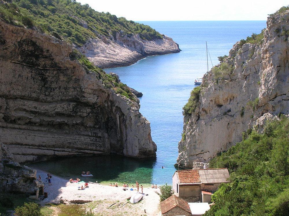 Záliv a pláž Stiniva na chorvátskom ostrove Vis.
