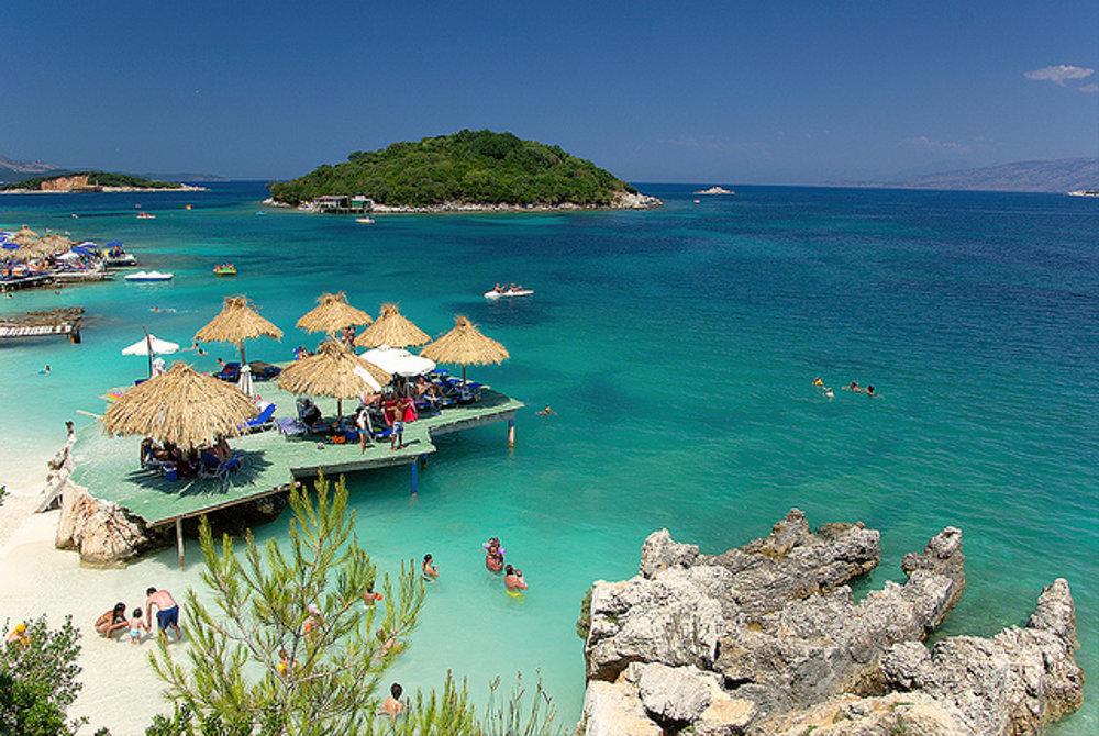 Pláž Ksamil leží na Ksamilských ostrovoch na úplnom juhu Albánska oproti gréckemu Korfu.