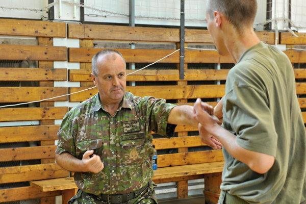 Minister obrany Peter Gajdoš počas tréningu profesionálnych vojakov.
