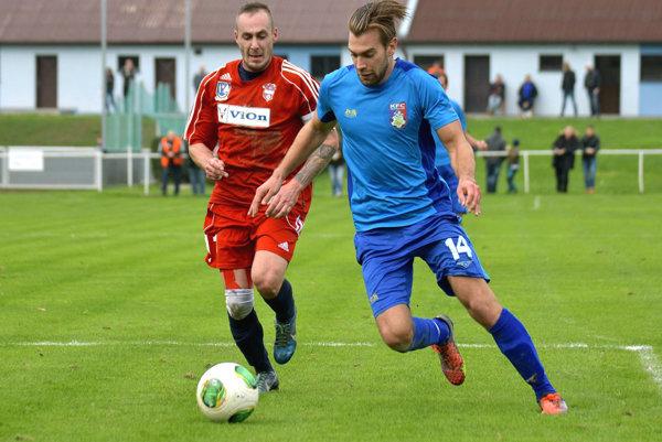 Kalná n/Hr. vyhrala vonku až štyri zápasy, jeden z nich vo Volkovciach. Na snímke Jozef Chovanec a Juraj Pacalaj.