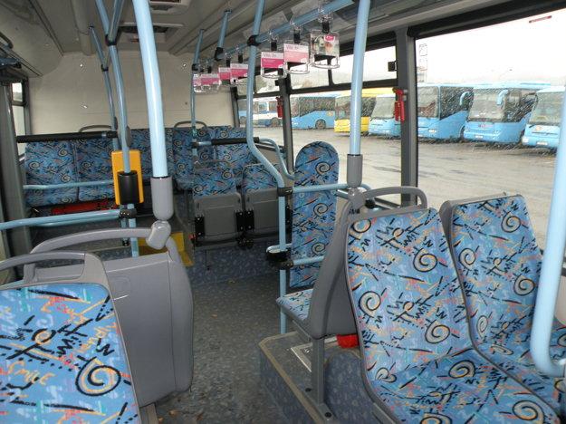 Vo vnútri elektrobusu si cestujúci pochvaľovali tichú jazdu.