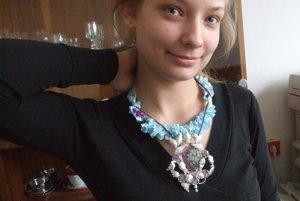 Ocenená Katka Víznerová so svojím šperkom.