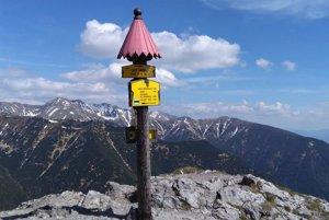 Sivý vrch je prvým končiarom v hrebeni Západných Tatier smerom od západu.