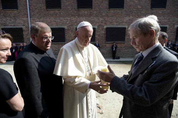 Pápež František sa rozpráva s preživšími počas jeho návštevy bývalého koncentračného tábora Auschwitz-Birkenau v  Osvienčime.