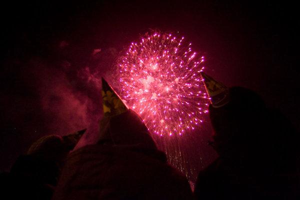 Prijali by ste tradične polnočný ohňostroj o štyri hodiny skôr? Pýta sa mesto.