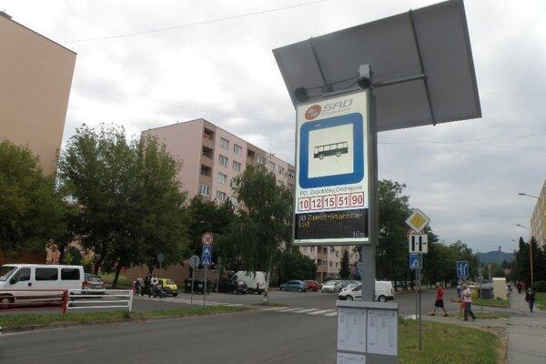 Elektronické tabule informujú cestujúcich len na zastávkach na Ulici Ondrejova v Prievidzi.
