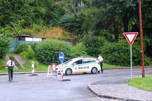Policajti odkláňajú dopravu.