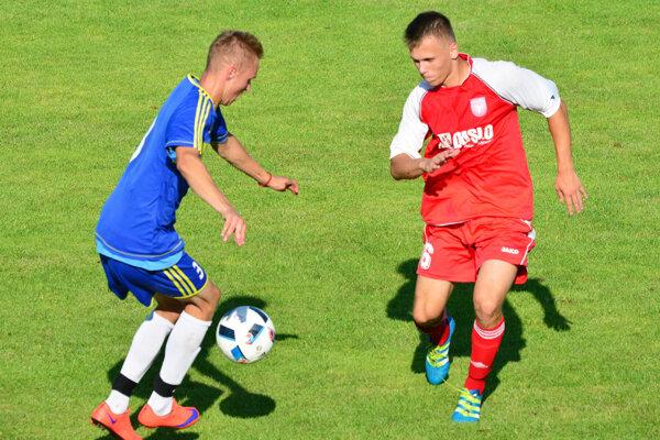 Šaľa porazila tím ViOn B Vráble 1:0. S loptou hosťujúci hráč Jozef Sombat, vpravo domáci Pavol Jurík.