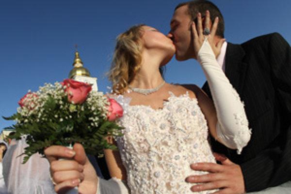 Do manželstva v roku 2012 vstúpilo v Trenčianskom kraji 2722 párov.