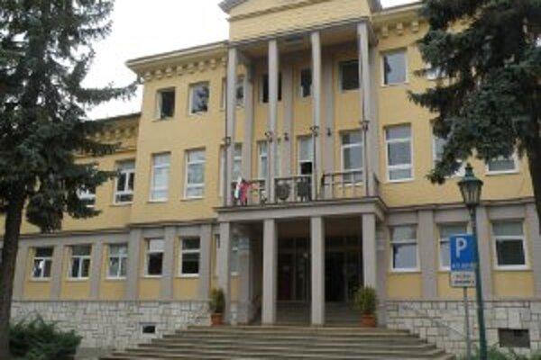Handlovská radnica dementuje fámy, že by sa do mesta malo prisťahovať tristo Rómov.