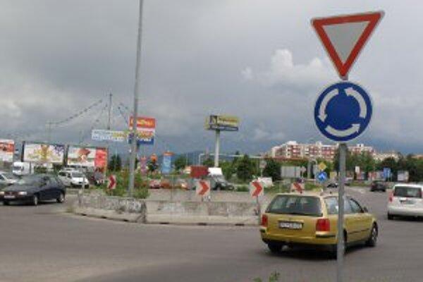 Napriek tomu, že ku kruhovému objazdu majú mnohí vodiči pripomienky, meniť sa nebude.