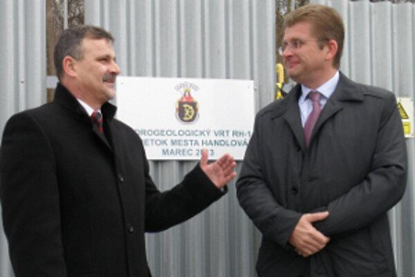 Minister Peter Žiga (vpravo)symbolicky odovzdal termálny vrt primátorovi Handlovej Rudolfovi Podobovi.