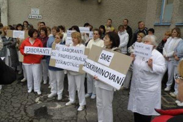 Časť zamestnancov bojnickej nemocnice pred časom protestovala za vyššie mzdy.