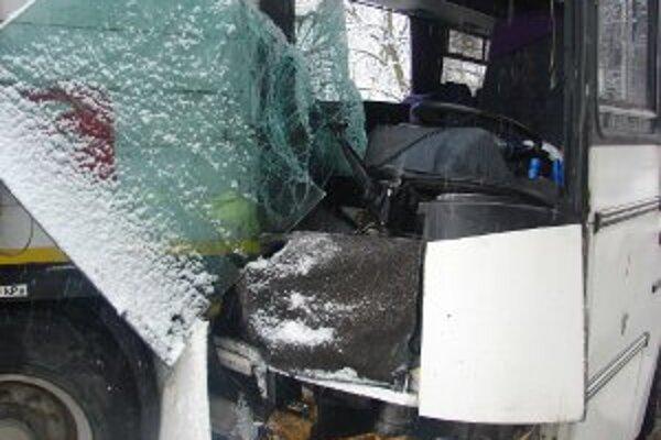 Autobus prednou časťou narazil do nákladného auta.