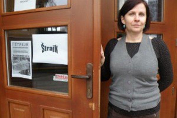 Učiteľka Lenka Krajčíková organizuje štrajk v Základnej škole na Mariánskej ulici v Prievidzi.