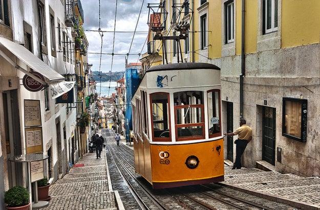 Jazdu lisabonských žltých električiek dole kopcom sprevádza škripot bŕzd.