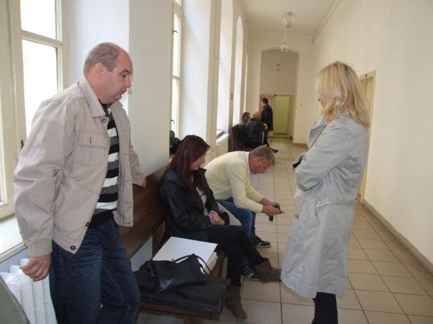 Rodičia Vanesky na súde, vpravo ich právna zástupkyňa.