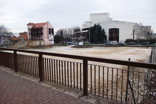 Pohľad na pozemok od Podzámskej. V pozadí je divadlo.