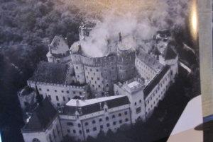 Jeden z leteckých záberov požiaru zámku v Bojniciach.