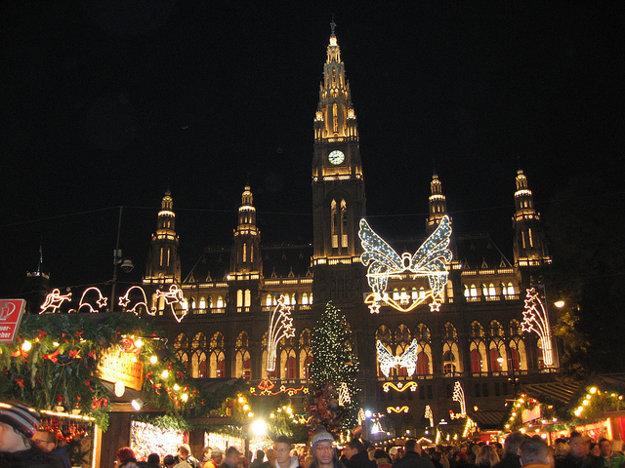 Najznámejšie vianočné trhy vo Viedni bývajú na Radničnom námestí.