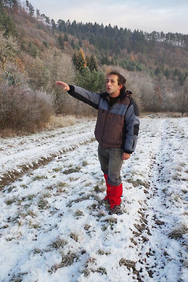 """""""Vybehol zlesa. Chcel sa dostať na lúku,"""" ukazuje miesto výskytu Tomáš Žilinčík."""