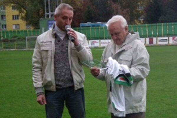 Jubilant Oldřich Bříza (vpravo) s prezidentom FC Baník Horná Nitra Robertom Šuníkom.