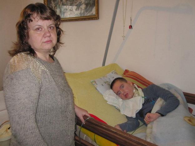 Iveta Halmová sa stará o postihnutého syna a predsieň potrebuje na odloženie invalidných vozíkov.