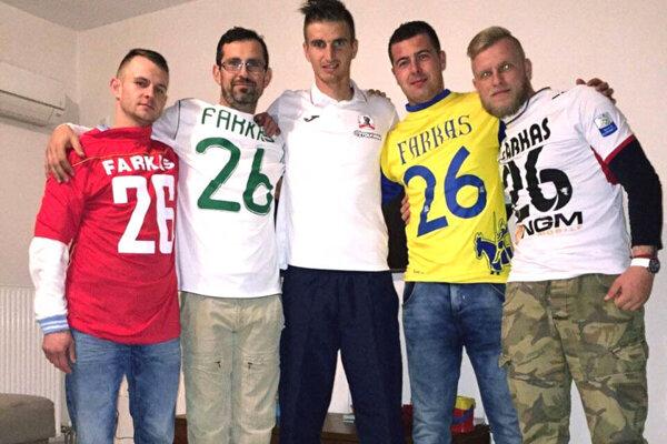Futbalista Škody Xanthi Pavol Farkaš so svojimi fanúšikmi.