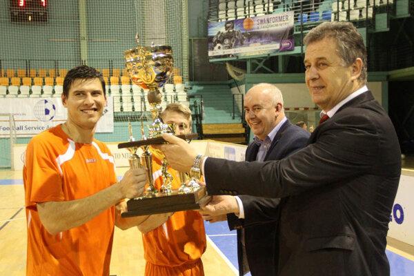 Dmitrij Korman a Martin Kočiš z Výberu ZsFZ preberajú víťazné trofeje z rúk primátora Nitry Jozefa Dvonča a predsedu ObFZ v Nitre Štefana Kormana.