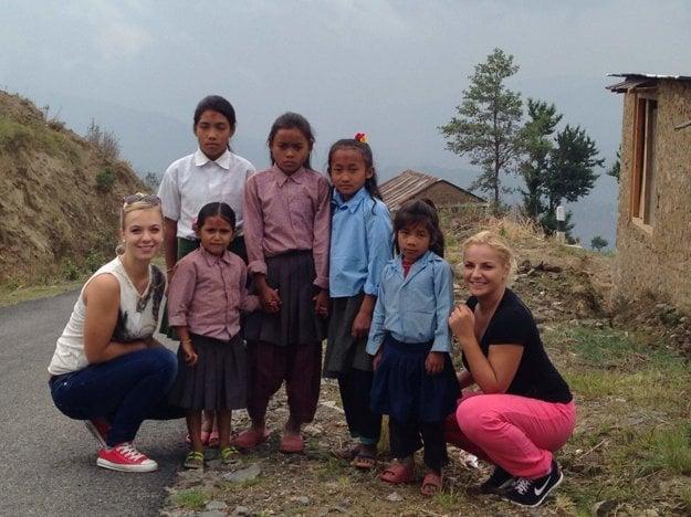 Na foto s deťmi z Nepálu.
