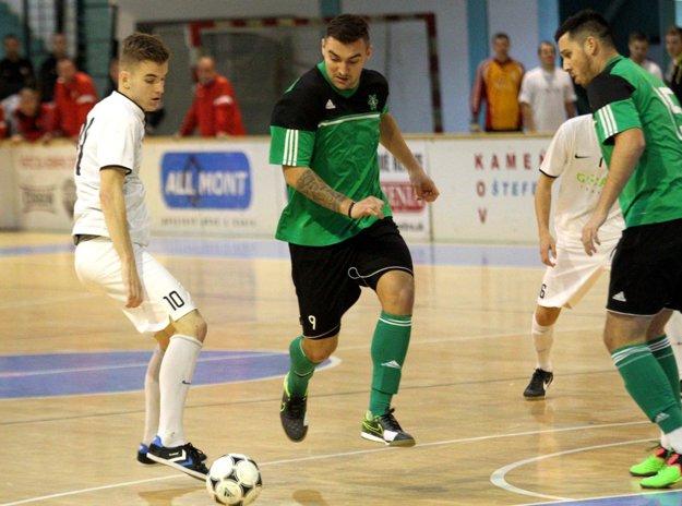 Adam Bombicz (v strede) z Nových Zámkov potvrdil, že v hale sa cíti ako ryba vo vode. Stal sa najlepším strelcom turnaja.