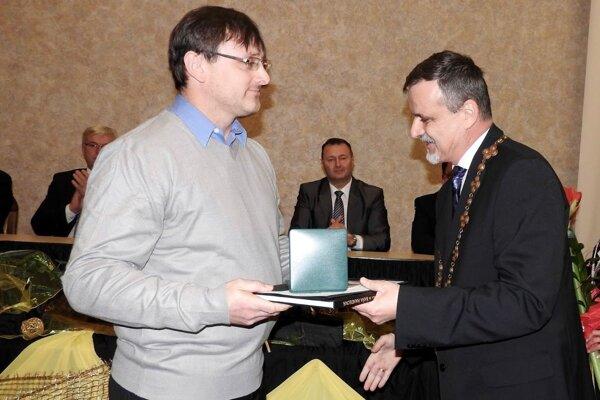 Cenu od primátora Handlovej Rudolfa Podobu (vpravo) prebral aj Jozef Levandovský, riaditeľ spoločnosti ABC Trade.