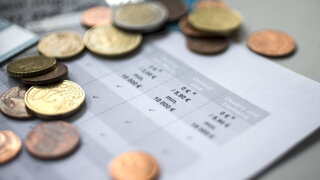 Banky menia cenníky. Za čo si priplatíte a kde ušetríte?
