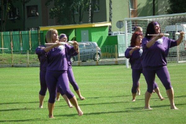 Vystúpenie s kužeľmi na futbalovej benefícii Zápas pre život v Prievidzi.