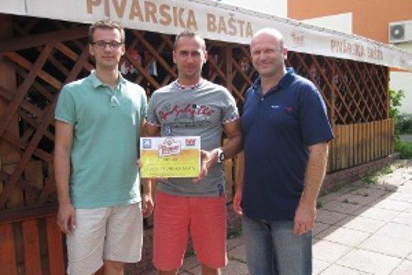 Majiteľ Pivárskej bašty Branislav Hurtiš (v strede) si prevzal cenu od Ota Ficela z Pivovarov Topvar (vpravo) a Luciána Rexu z MY Hornonitrianskych novín.